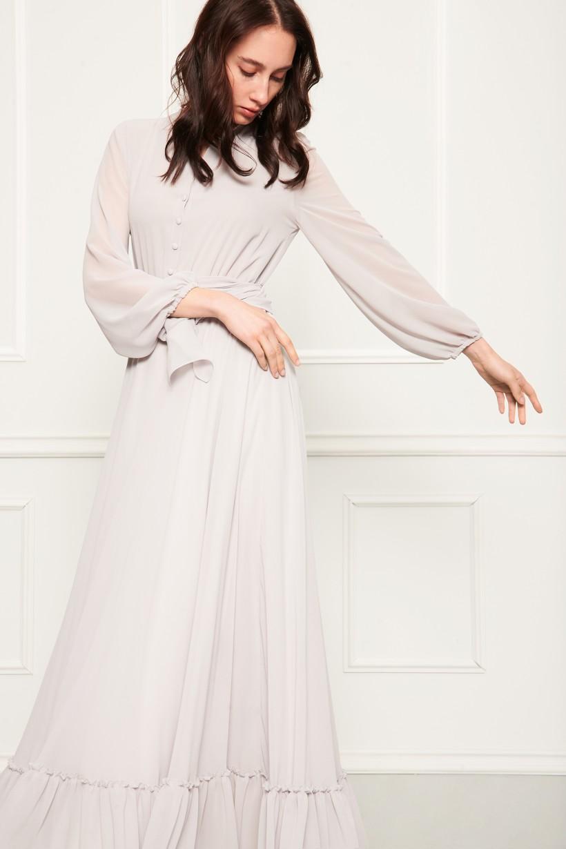 Długa suknia z falbaną