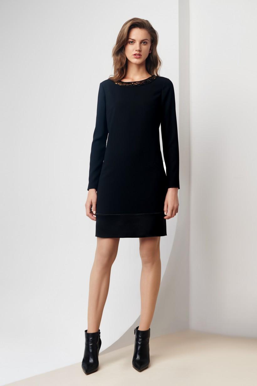 Sukienka z ozdobną aplikacją