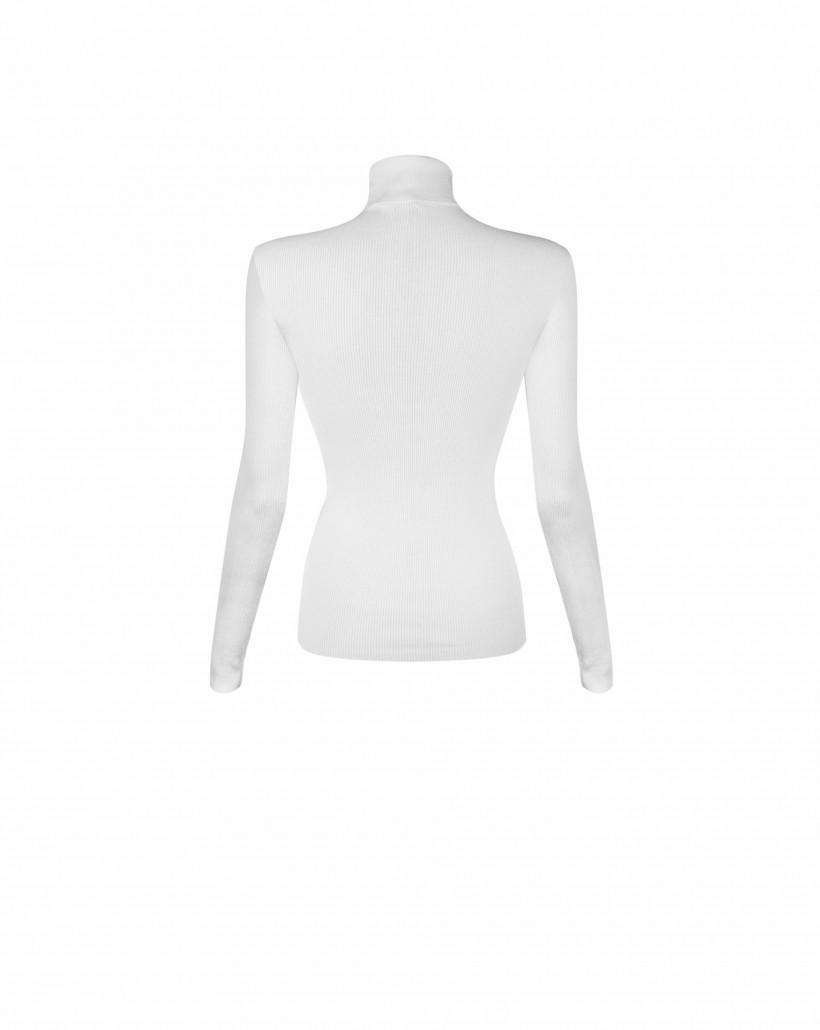 Biały sweter z golfem