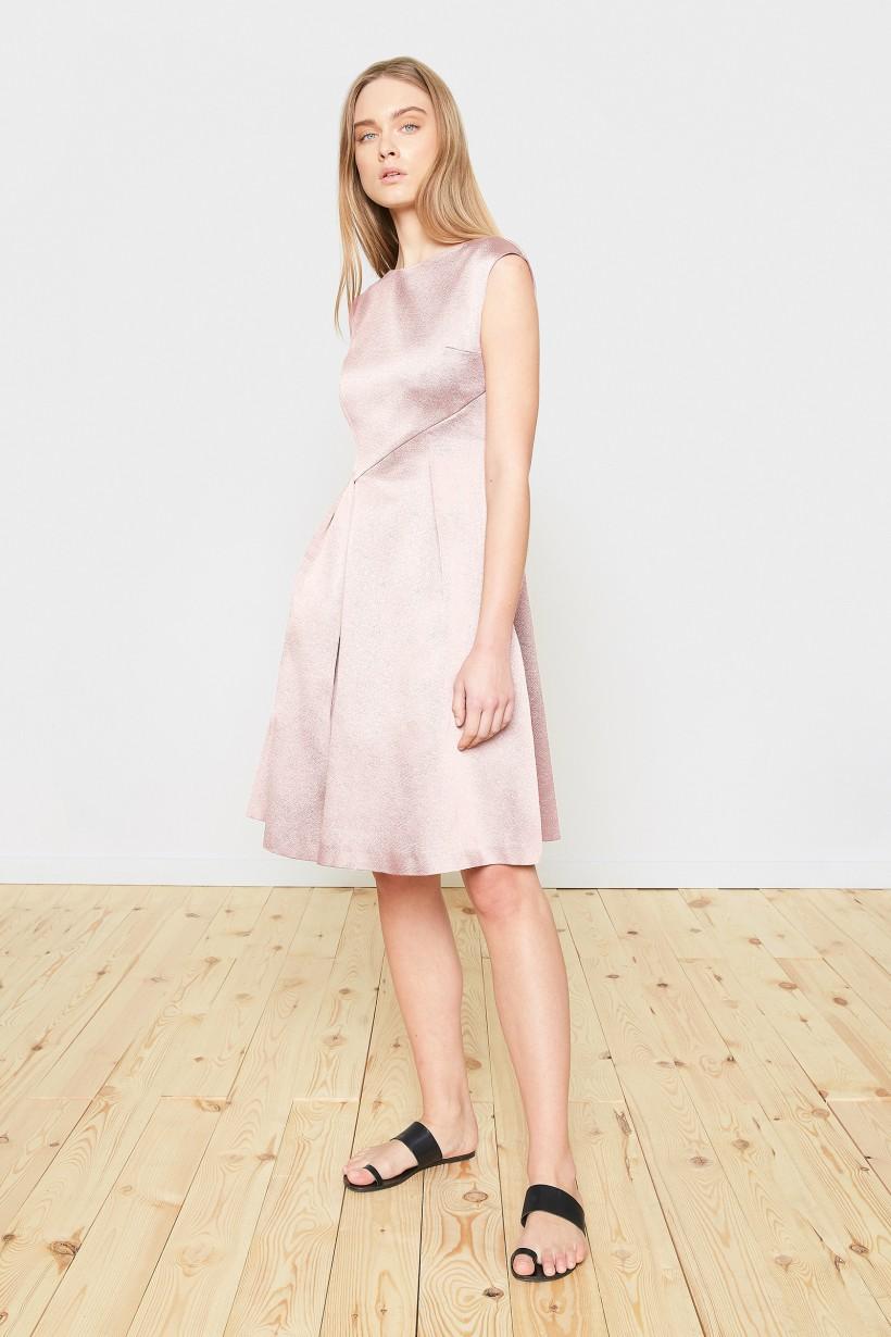 Sukienka o perłowym odcieniu różu
