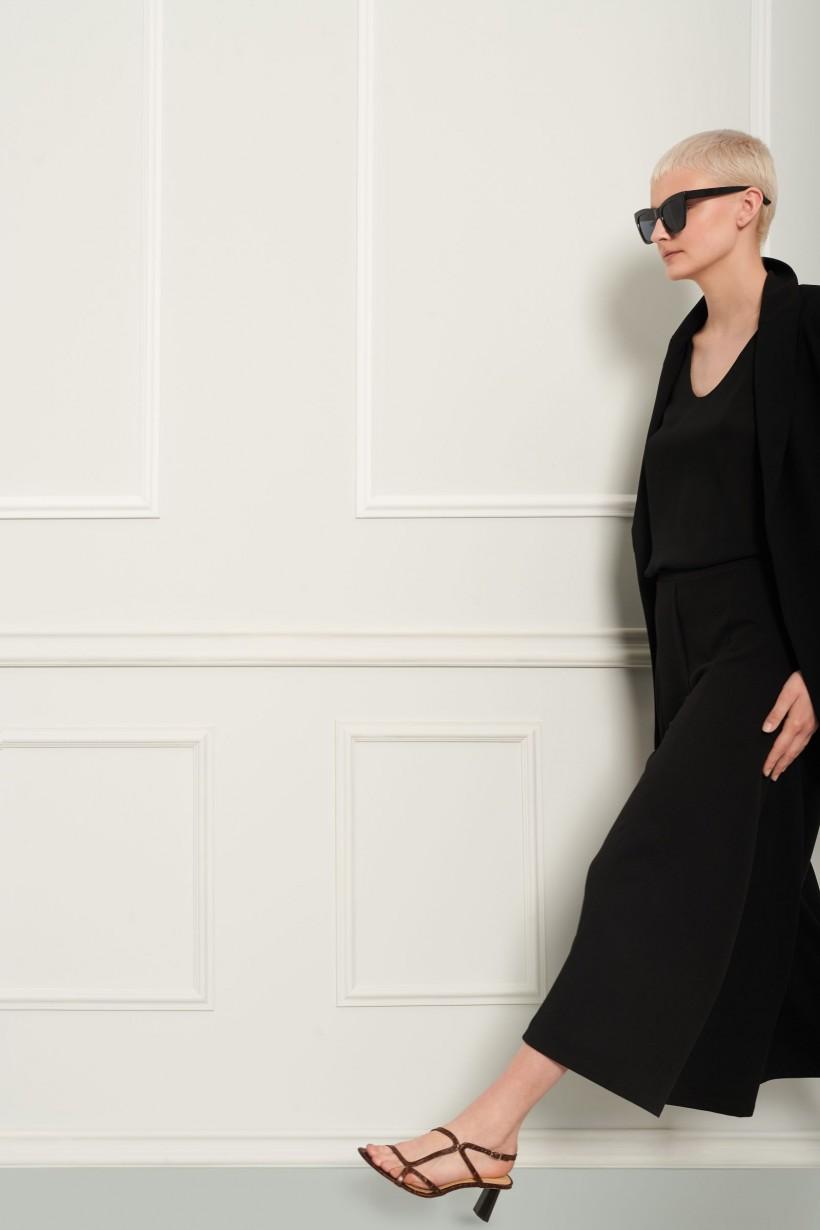 Czarne spodnie z szeroką nogawką