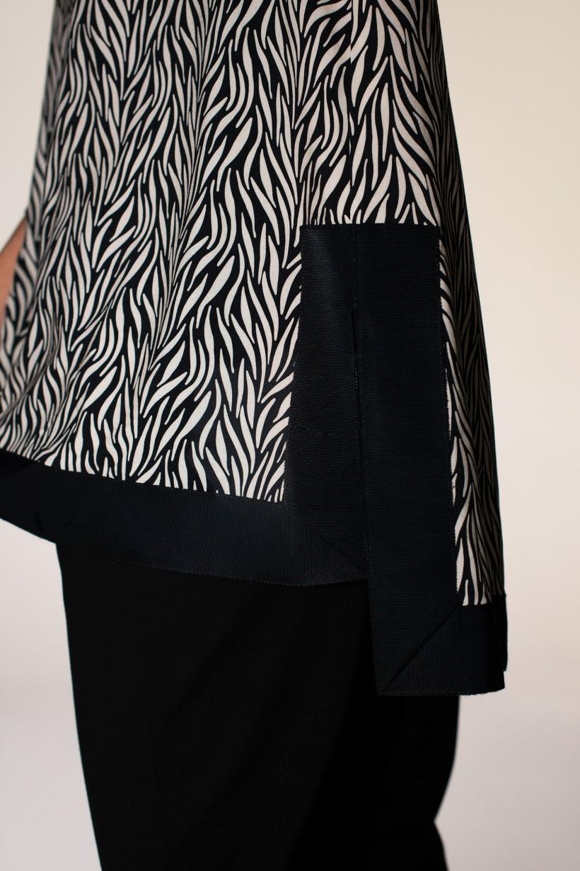 Bluzka w kontrastowy print z czarną taśmą