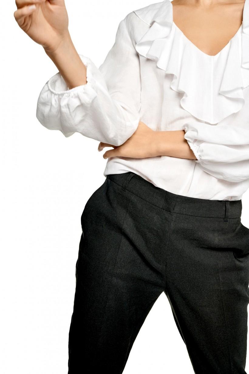 Bluzka z falbaną przy dekolcie
