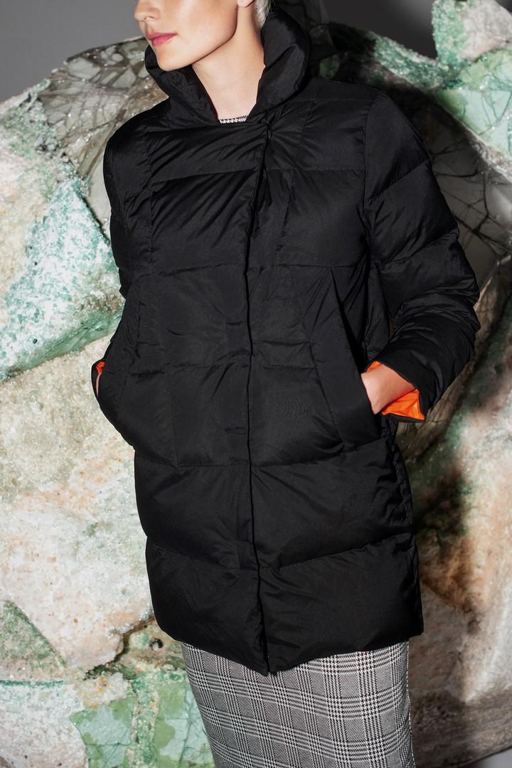 Pikowana czarna  kurtka z pomarańczową podszewką