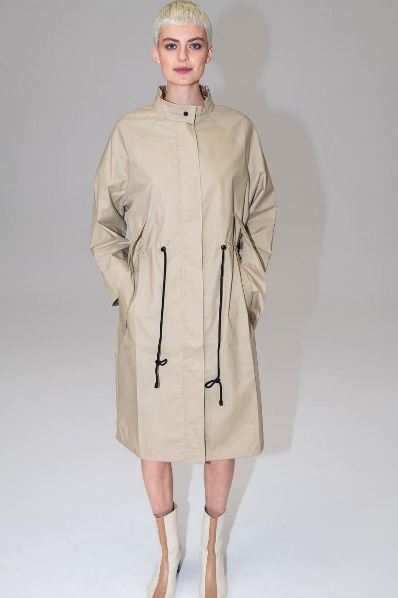 Płaszcz w kolorze piaskowym ze srebrno-złotymi akcentami