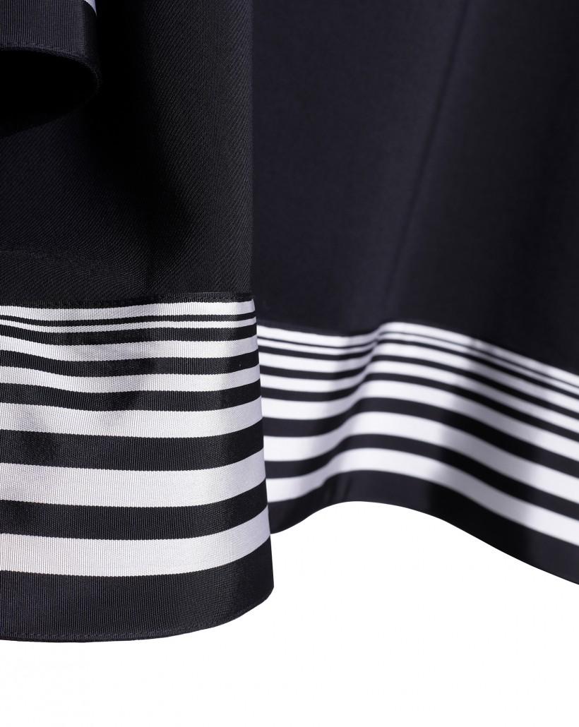 Czarna bluzka o rozkloszowanym kroju ozdobiona taśmą