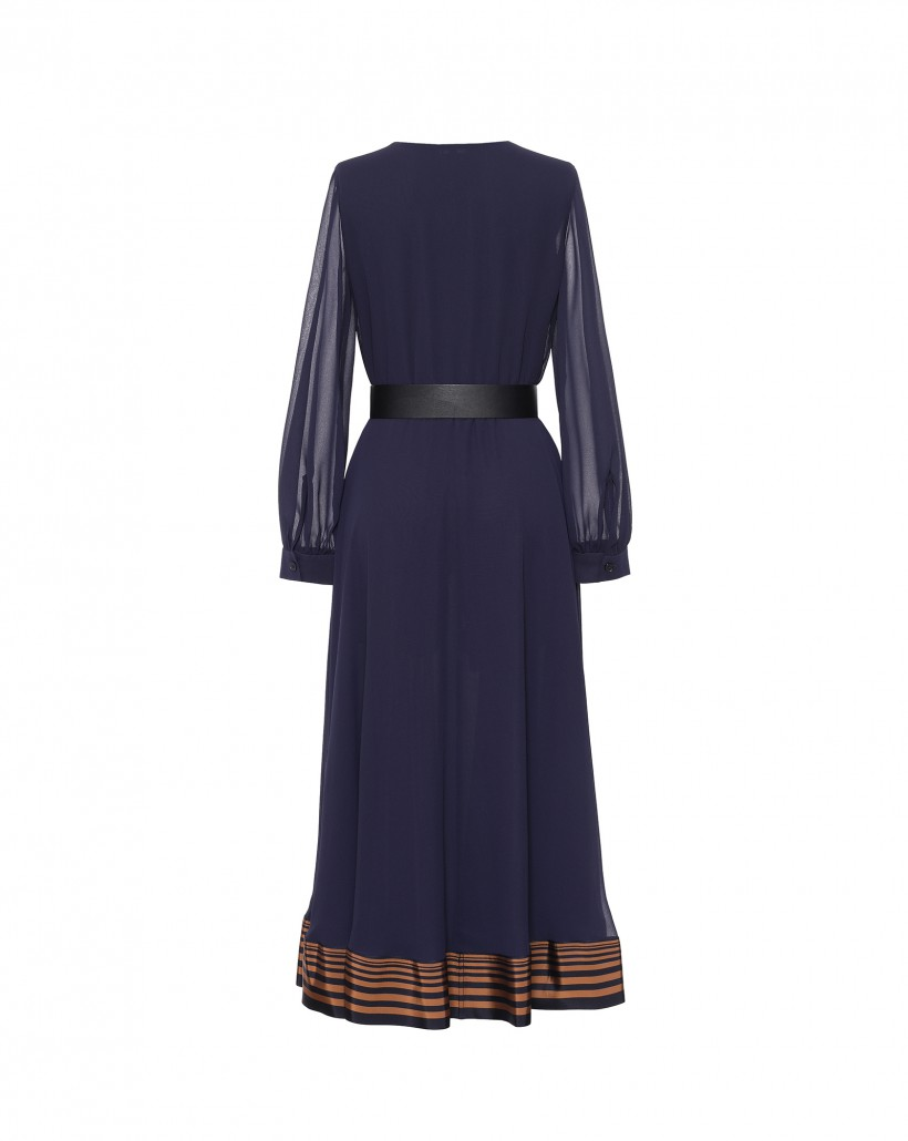 Zwiewna sukienka w kolorze granatowym z ozdobnym wykończeniem dołu