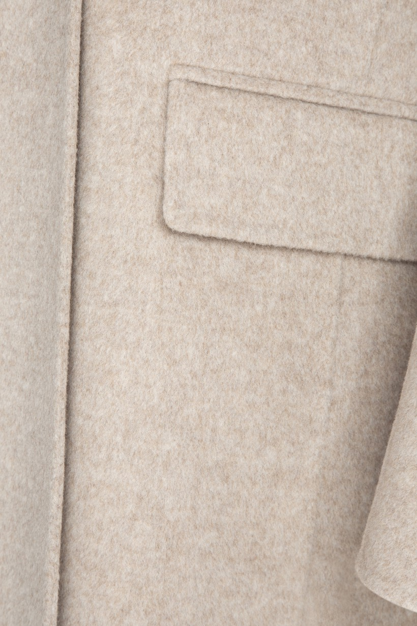 Beżowy płaszcz z wełny i kaszmiru