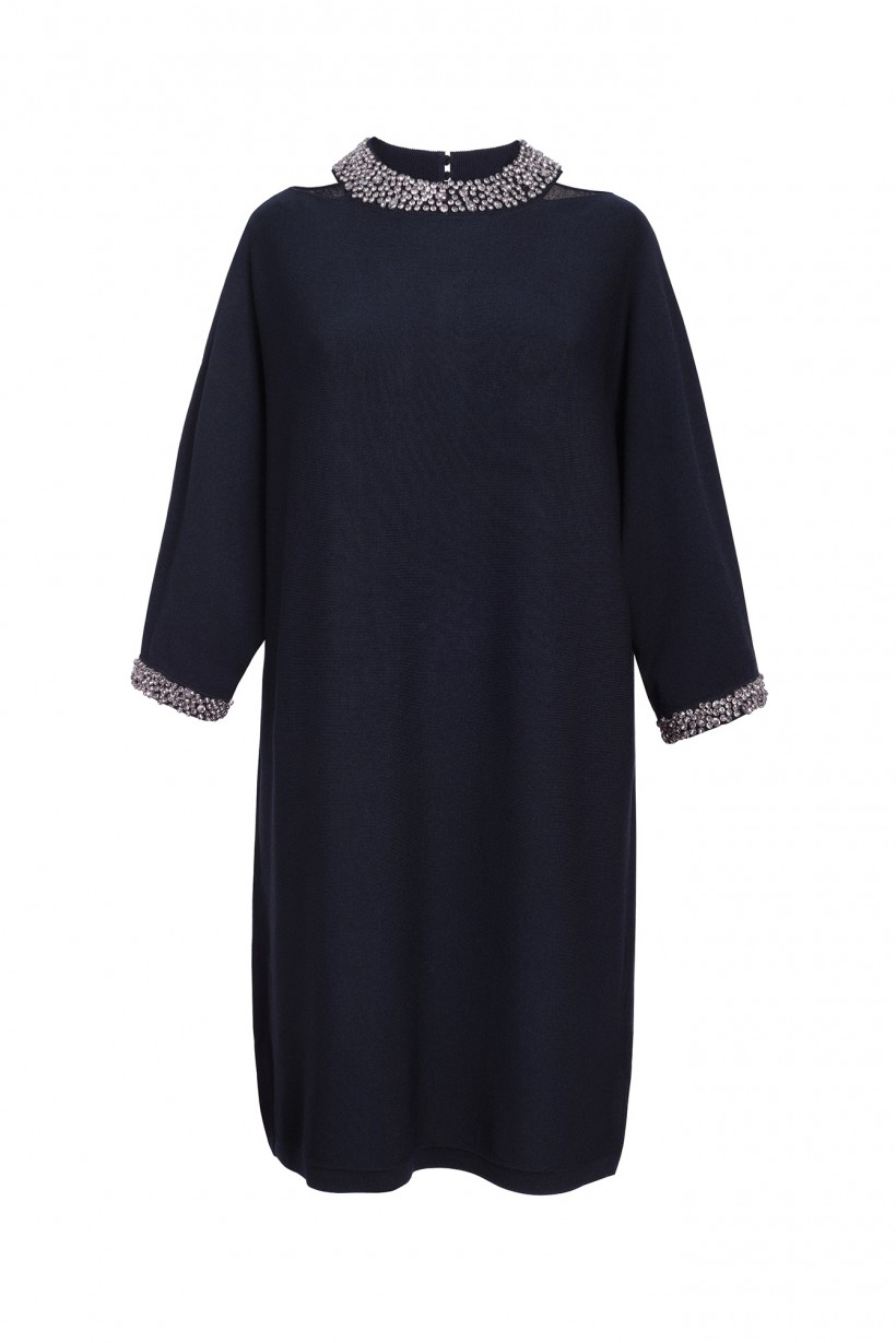 Ciemnogranatowa sukienka dzianinowa z ozdobną kolią