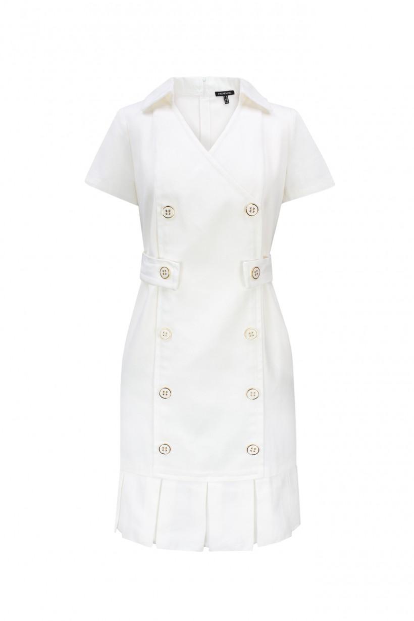 Dopasowana sukienka w kolorze białym z ozdobnymi guzikami