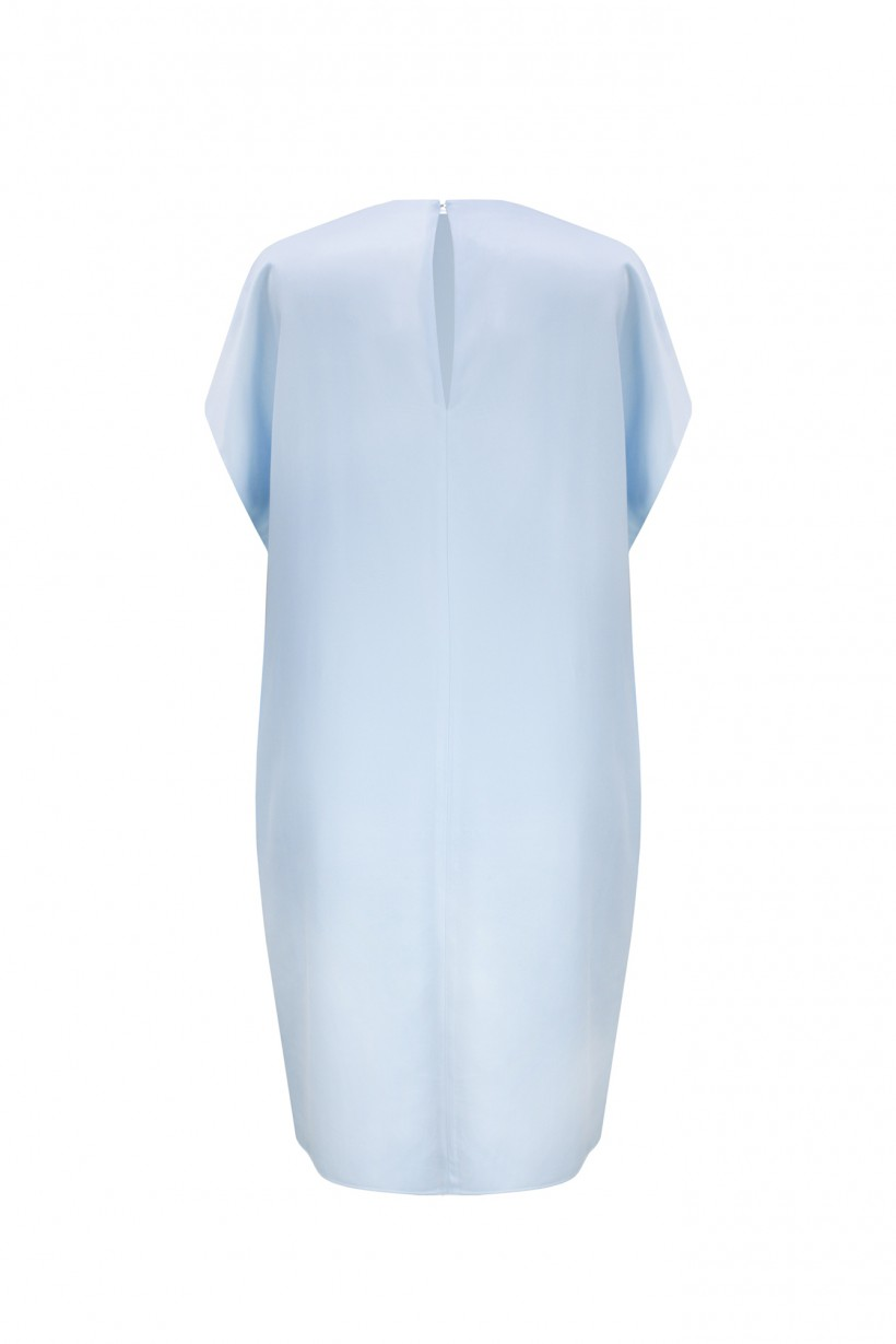 Błękitna sukienka oversize z kolią