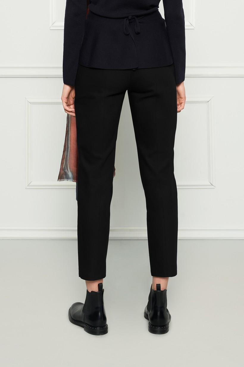 Czarne spodnie z wąskimi nogawkami