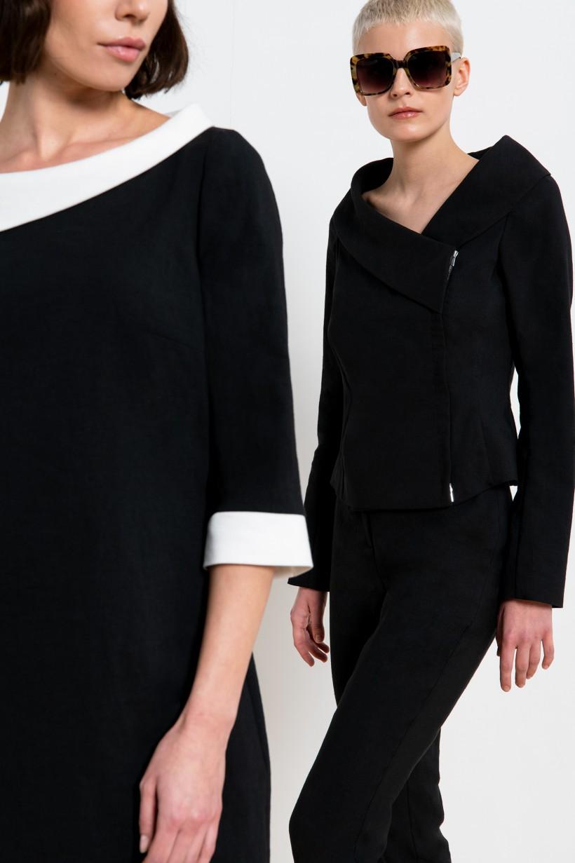 Czarna sukienka z kontrastowym wykończeniem dekoltu