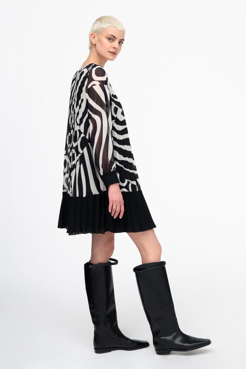 Plisowana sukienka oversize w geometryczny wzór