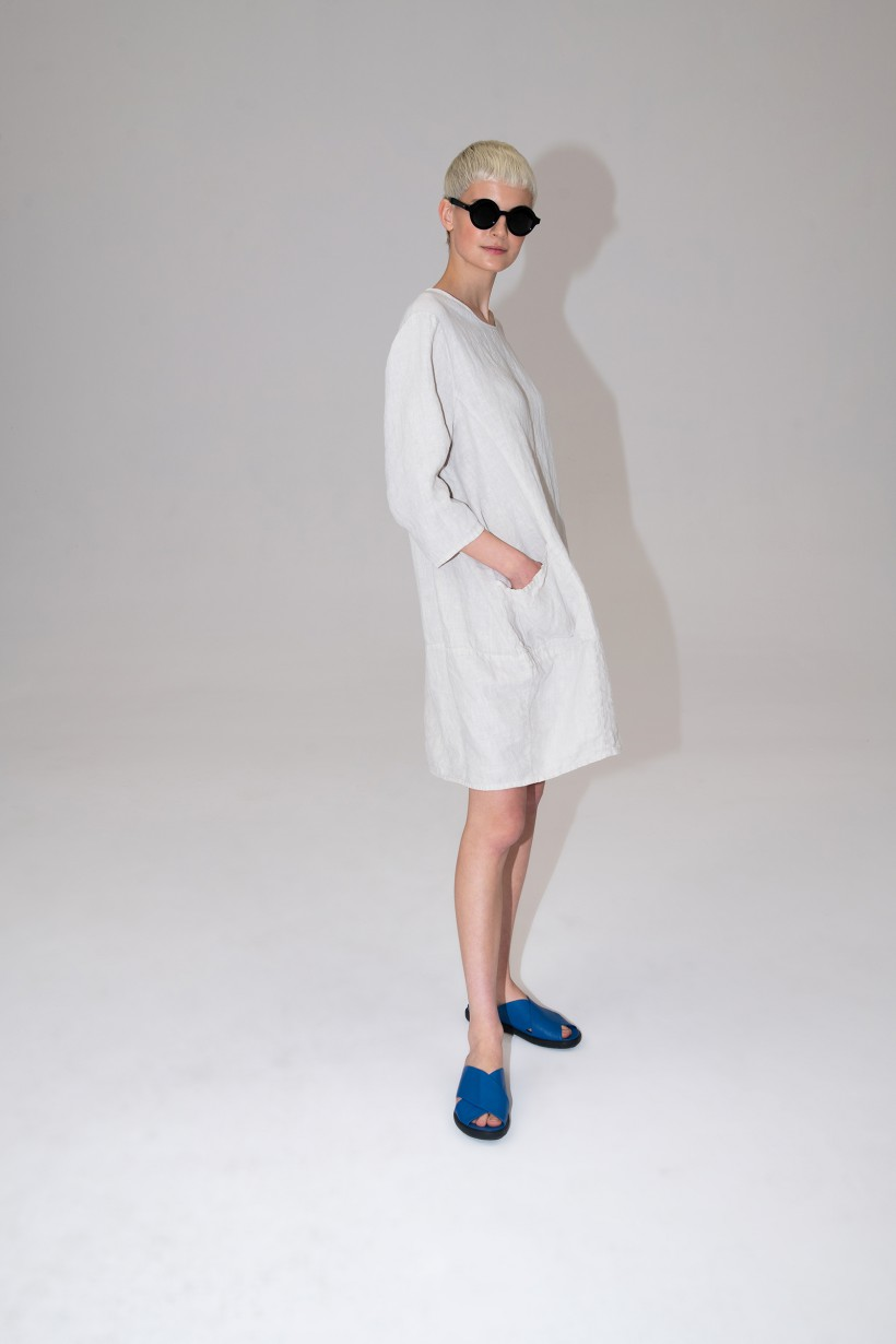 Lniana sukienka z kieszeniami w kolorze beżowym