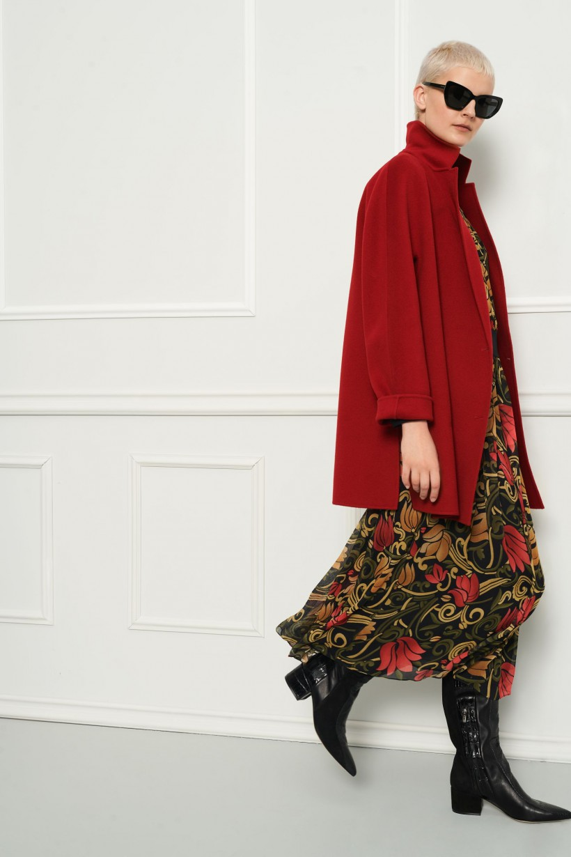 Czerwony płaszcz z asymetrycznym zapięciem