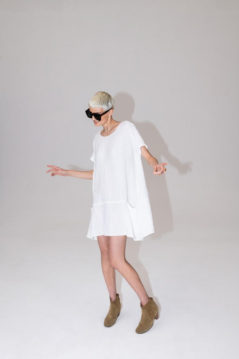 Biała sukienka o fasonie oversize z czystego lnu