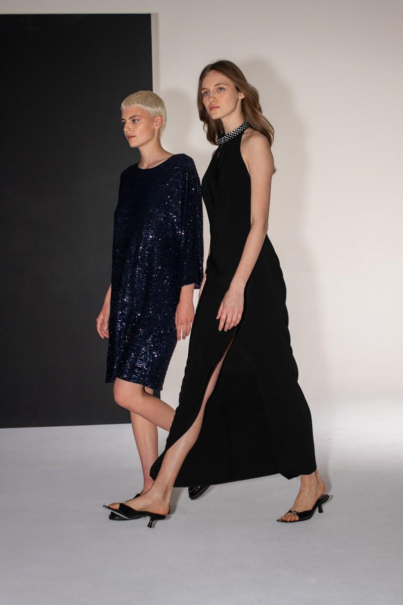 Granatowa sukienka z cekinowej tkaniny