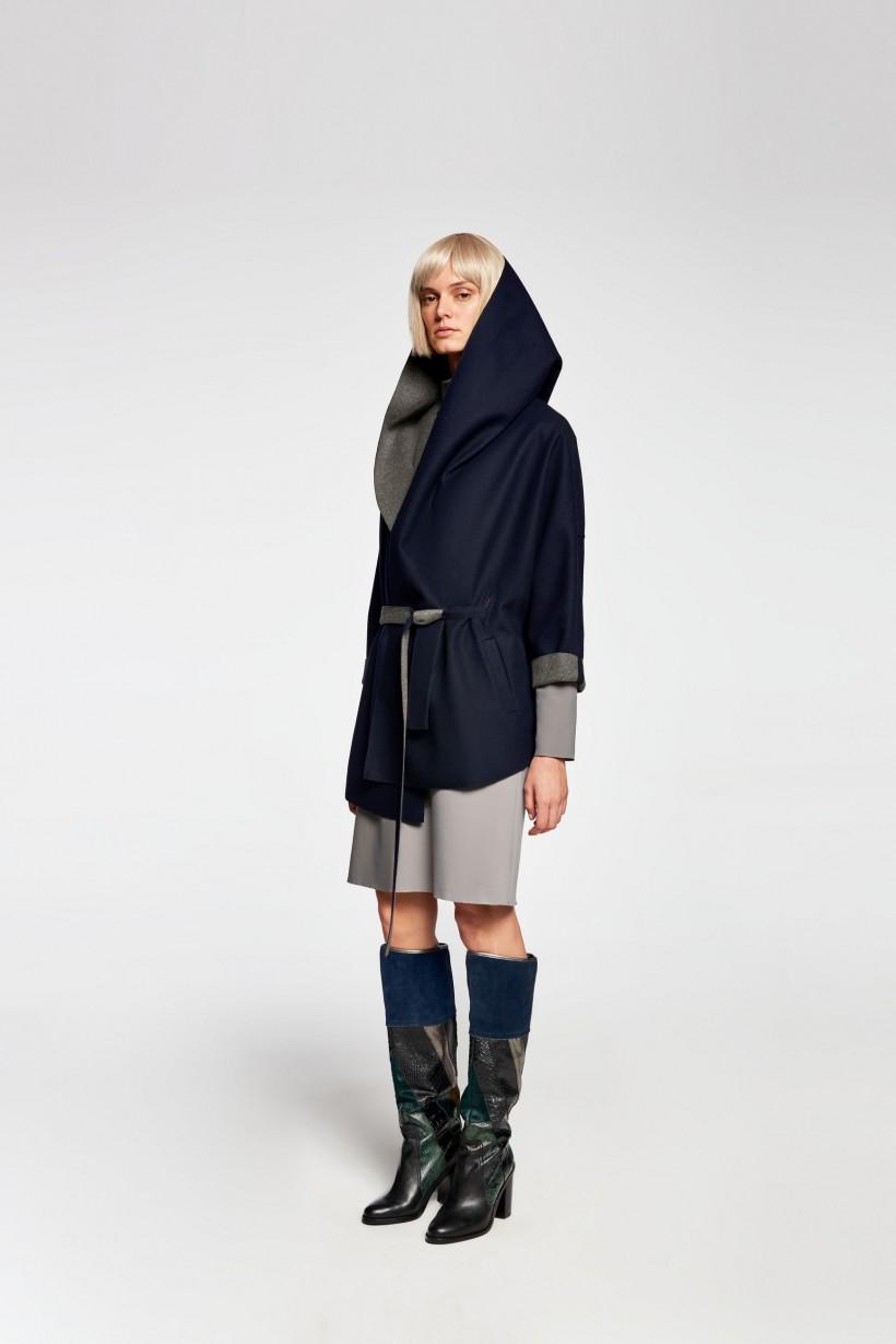 Granatowy płaszcz z paskiem