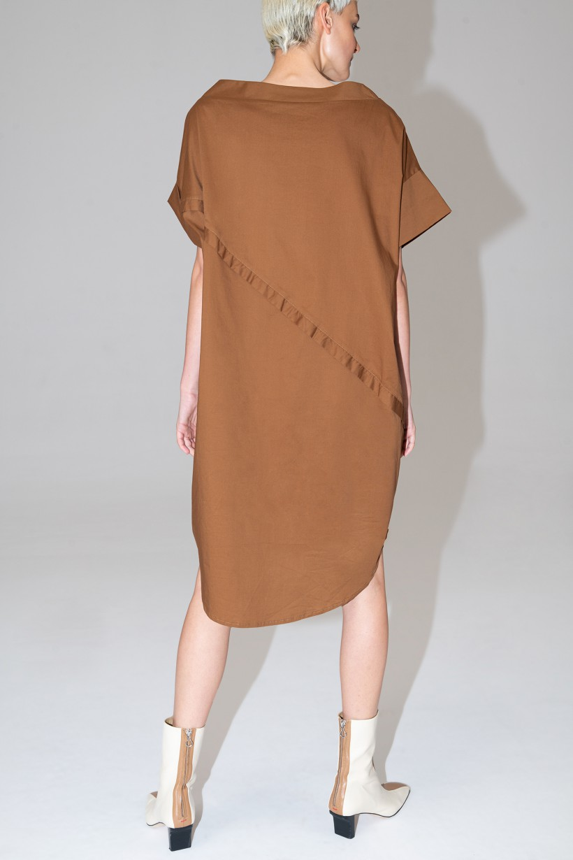 Jasnobrązowa sukienka o fasonie oversize