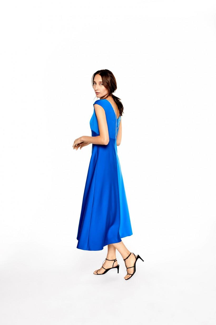 Długa sukienka z ozdobną taśmą