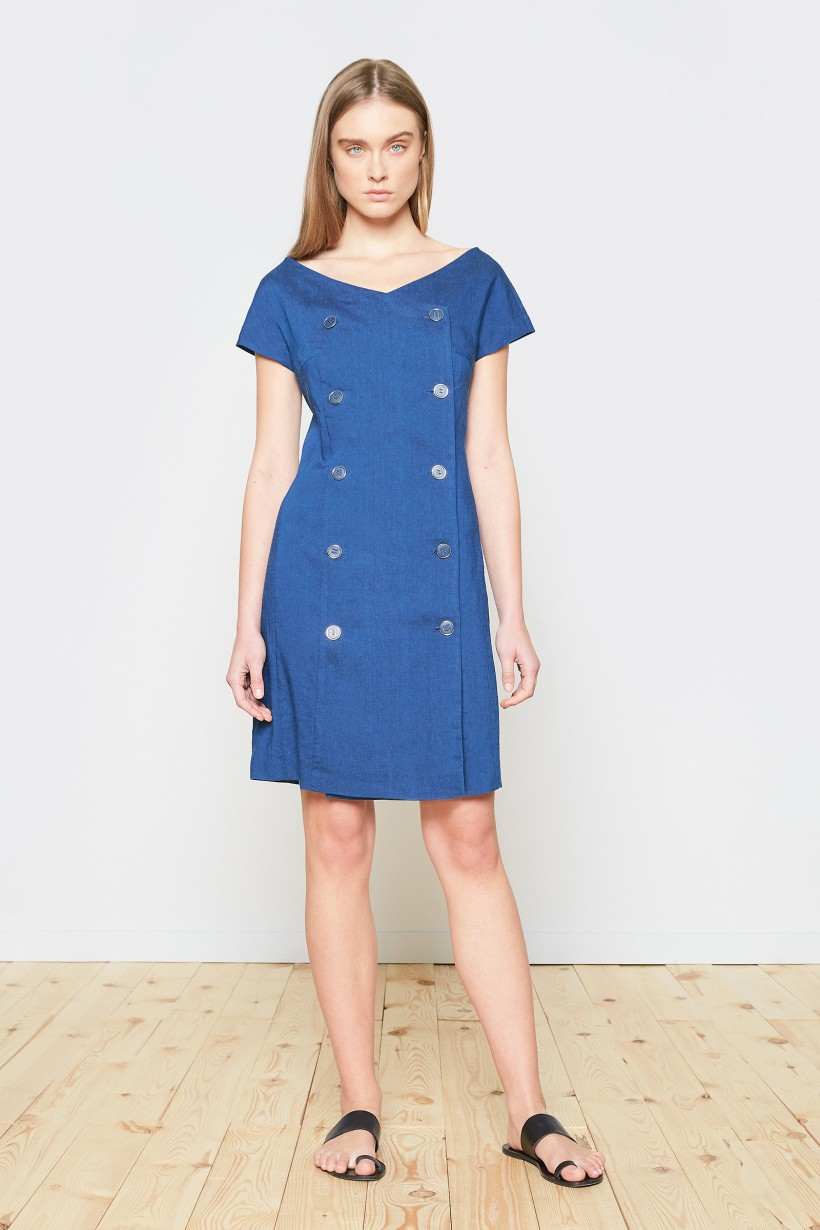 Dopasowana sukienka w niebieskim kolorze z dwurzędowym zapięciem
