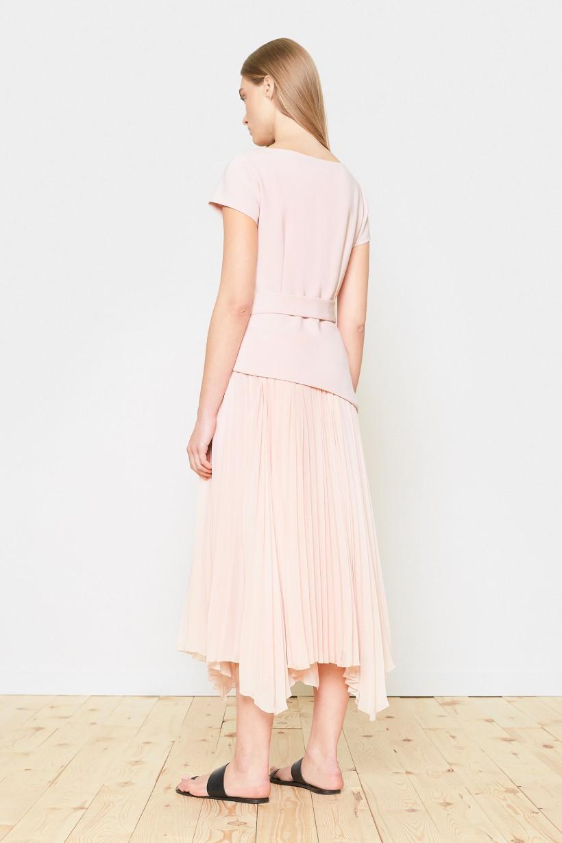 Elegancka sukienka w kolorze pudrowego różu