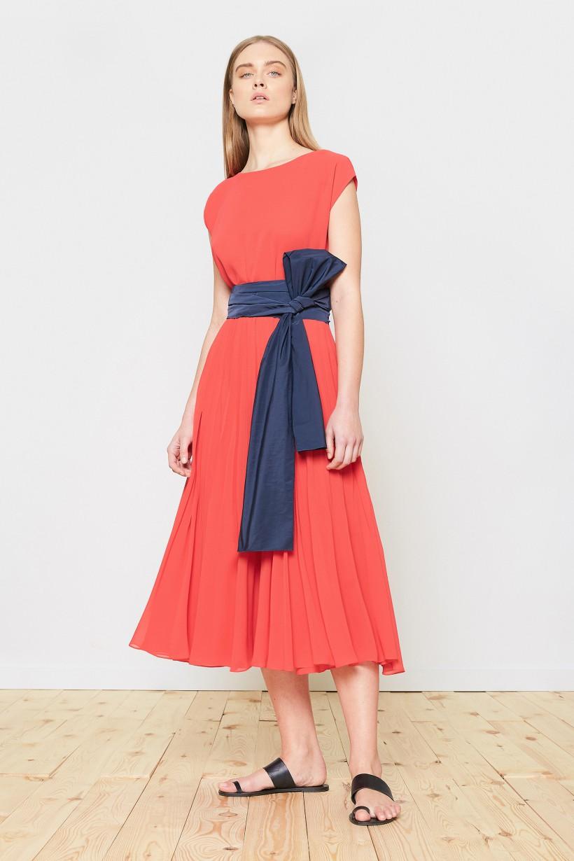 Koralowa sukienka z szarfą z tafty