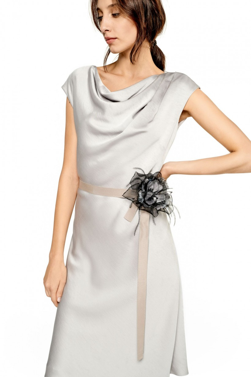Sukienka z broszką