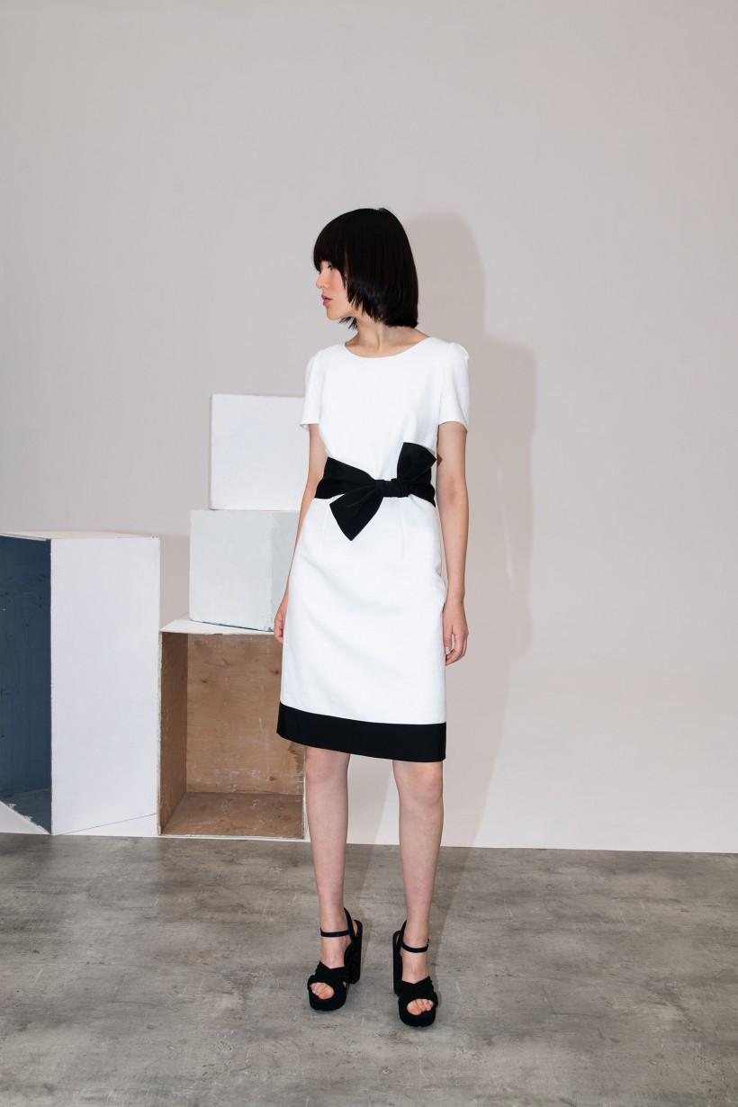 Dopasowana sukienka z kontrastem