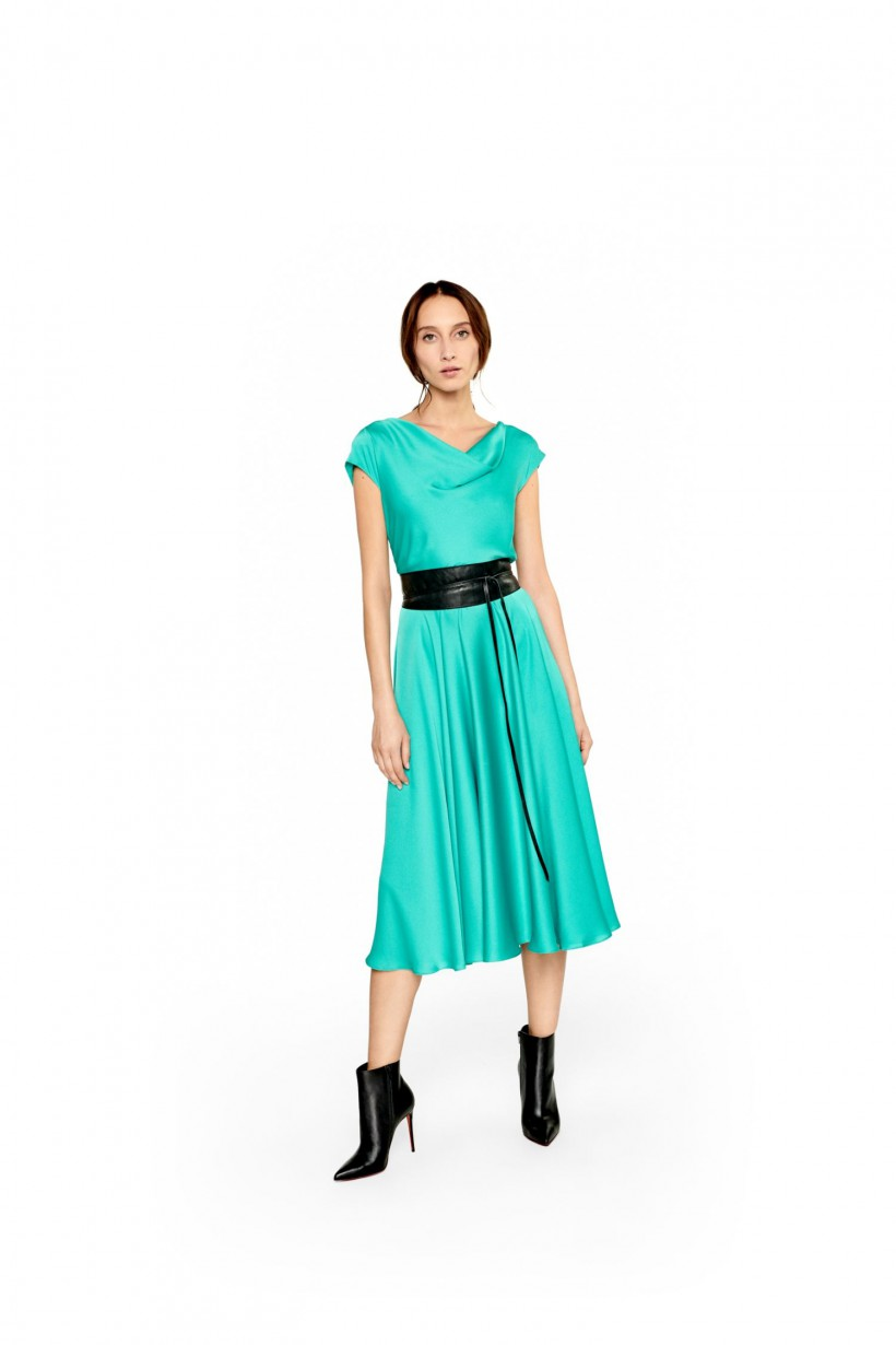 Rozkloszowana sukienka z dekoltem typu woda