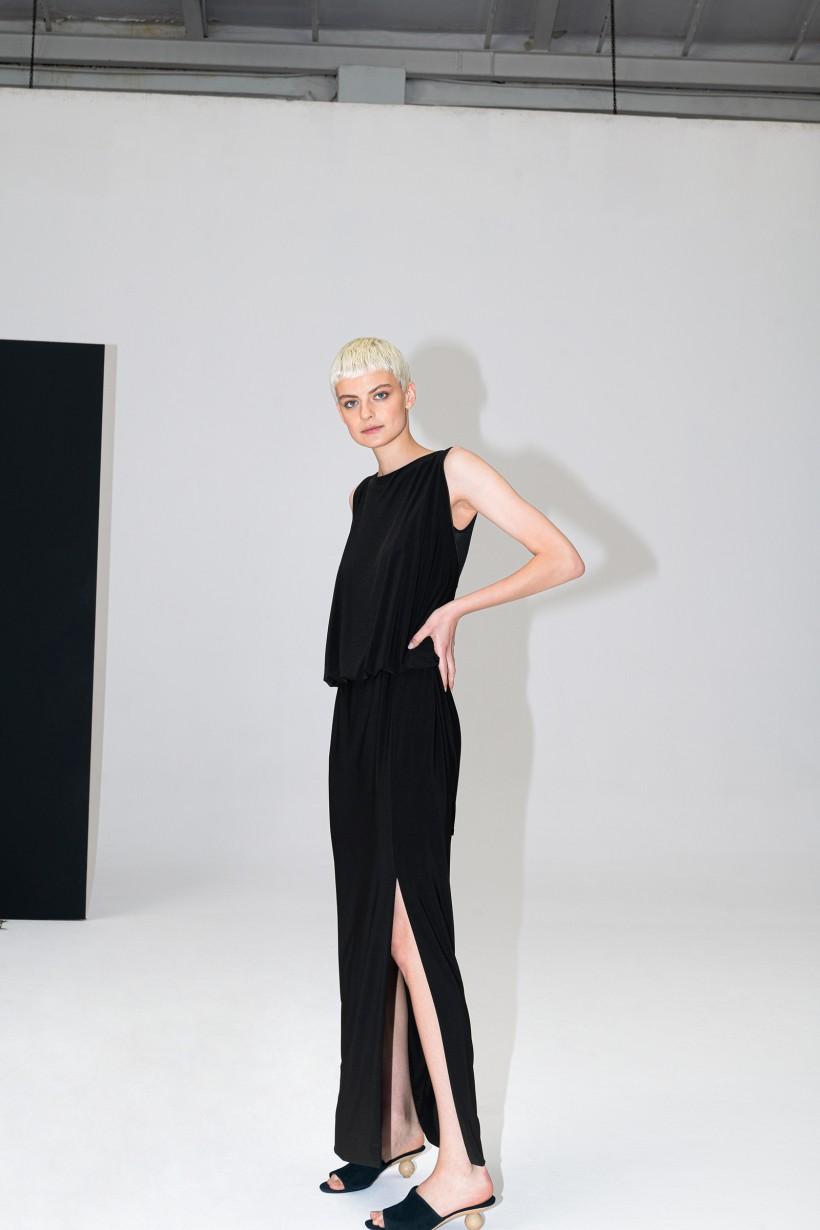 Długa suknia podkreślająca plecy