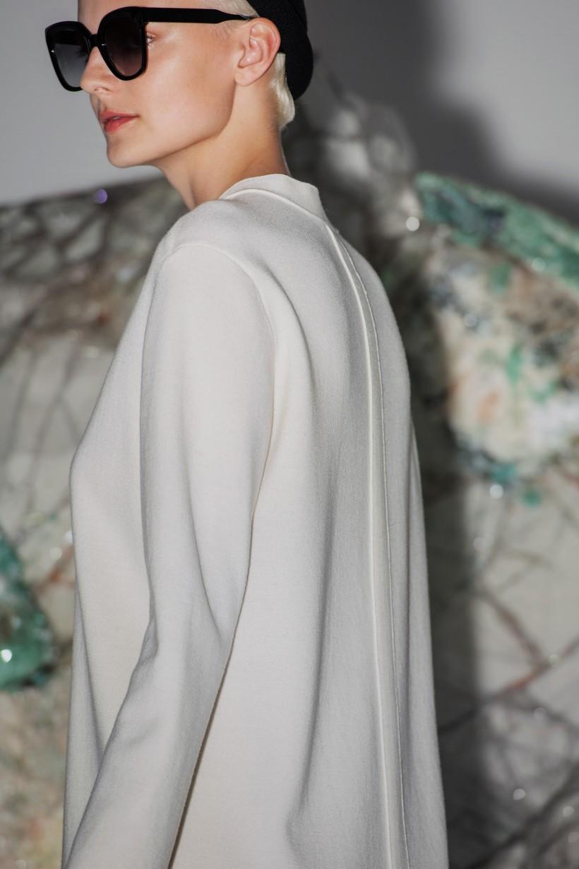 Sukienka dziana w kolorze ecru z wełny merynosa