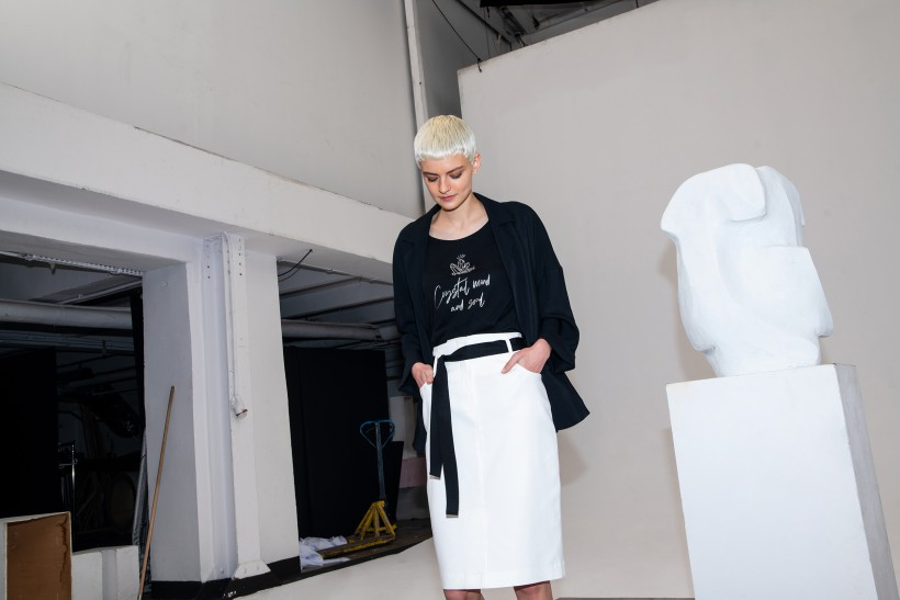 Ołówkowa spódnica z białej bawełny