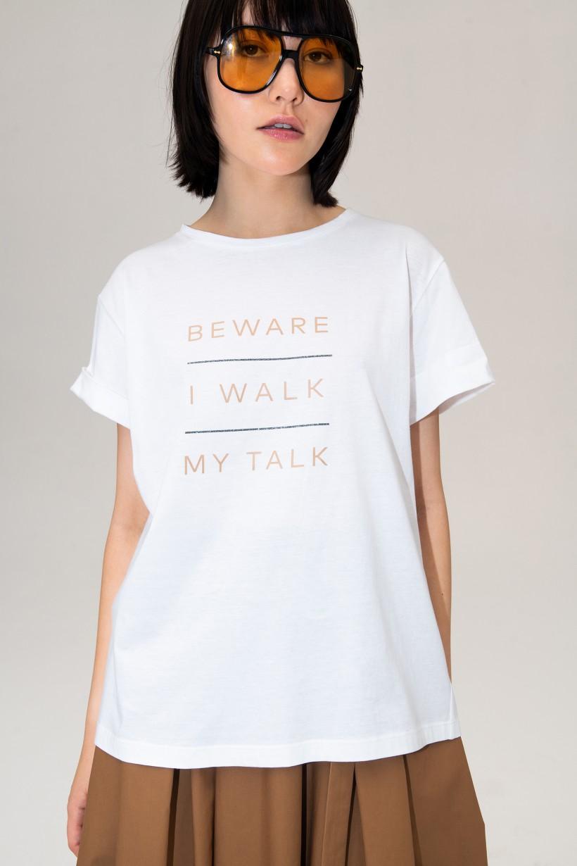 Biały T-shirt z napisem w kolorze nude
