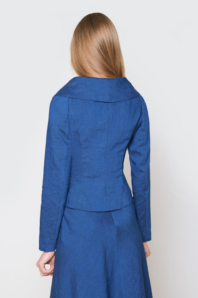 Żakiet z asymetrycznym zapięciem w kolorze niebieskim