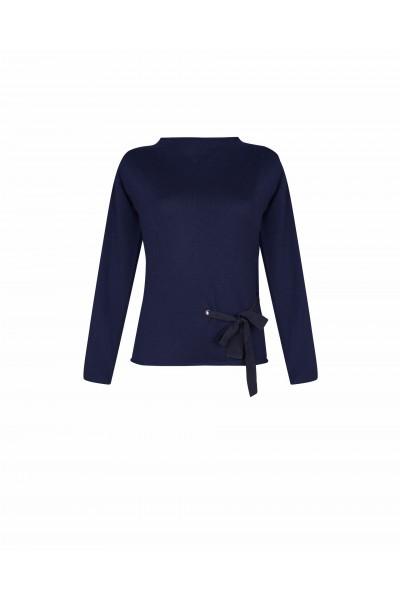 Sweter z efektownym wiązaniem