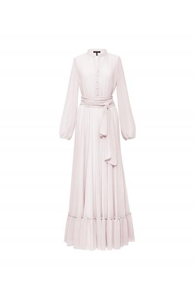 Długa suknia z falbaną w jasnym kolorze