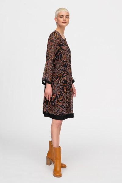 Luźna sukienka w kwiatowy wzór w ciepłych odcieniach