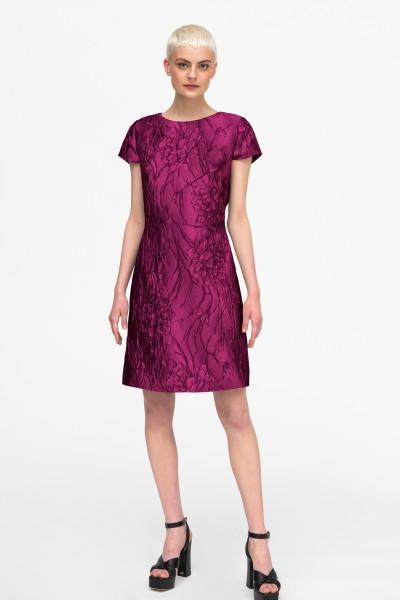 Różowa sukienka z żakardowej tkaniny w kwiaty