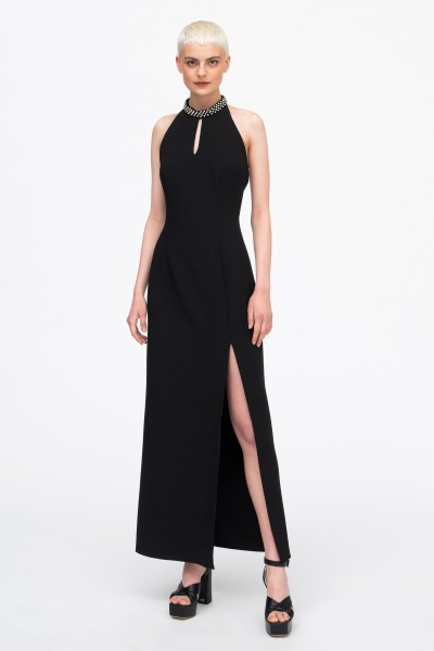 Czarna suknia z ozdobną kolią