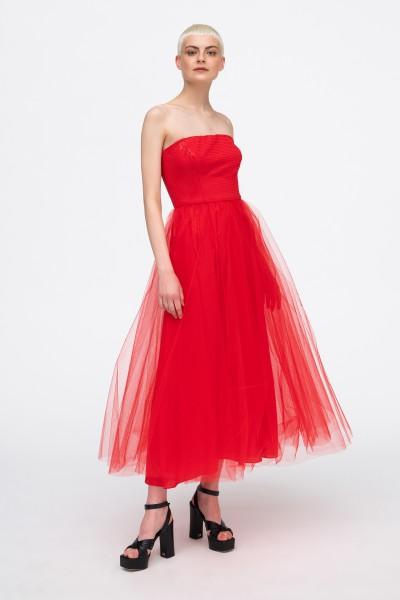 Czerwona suknia z rozkloszowanym dołem