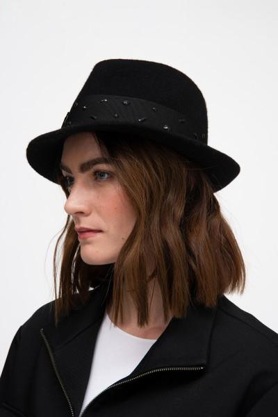 Czarny wełniany kapelusz z ozdobną taśmą