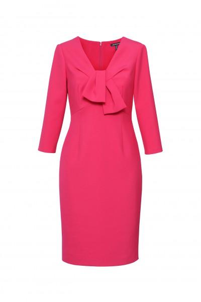 Różowa sukienka z ozdobną kokardą przy dekolcie