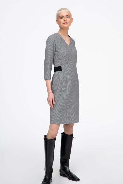 Czarno-biała sukienka o dopasowanym kroju w drobną kratkę