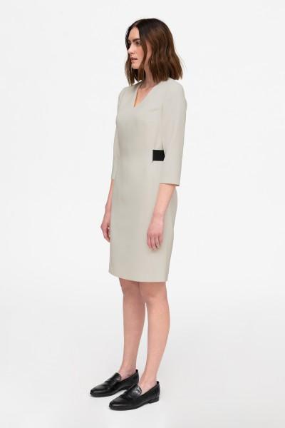 Dopasowana sukienka w beżowym kolorze z gumą w pasie