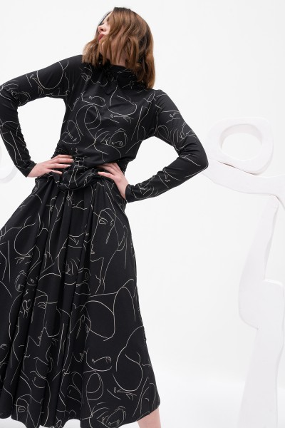 Sukienka maxi z printem w kolorze czarnym