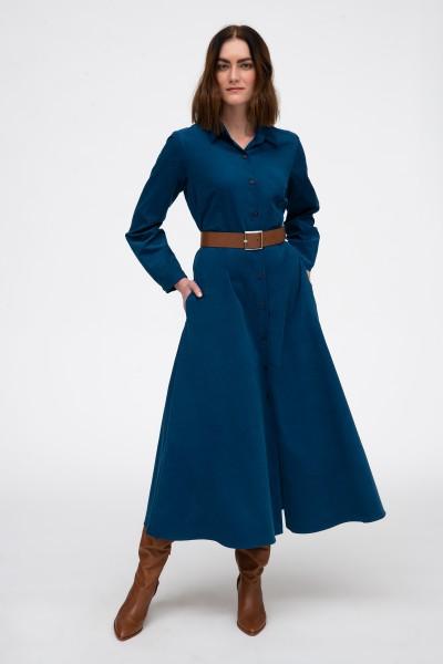 Niebieska sukienka z tkaniny sztruksowej