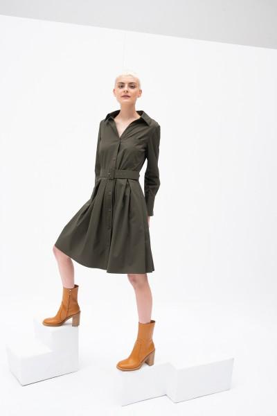 Zielona sukienka z paskiem podkreślająca talię