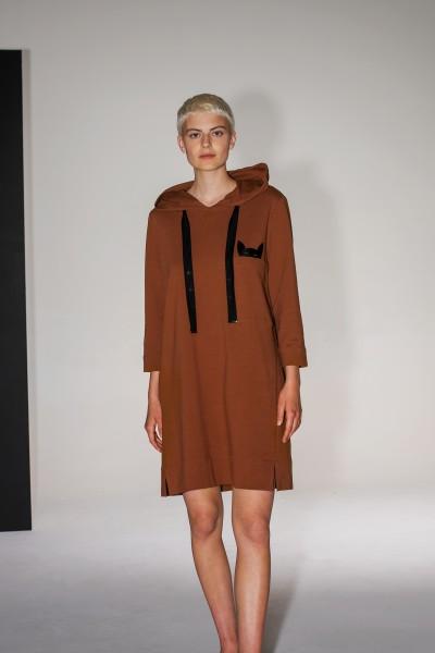Sportowa sukienka z dresowej dzianiny w kolorze brązowym